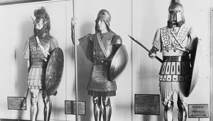 Trois mannequins en costume de guerrier dans leur vitrine