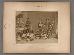 """Tirailleurs tonkinois (Lintap), planche de l'album """"Le Tonkin, vues photographiques prises par Mr le Dr Hocquard, médecin-major"""", Paris, Henri Cremnitz éditeur, 1886"""