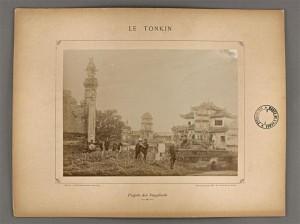 """Pagode des suppliciés, planche de l'album """"Le Tonkin, vues photographiques prises par Mr le Dr Hocquard, médecin-major"""", Paris, Henri Cremnitz éditeur, 1886"""