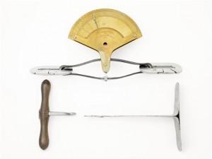 Dynamomètre de Régnier, avec l'ensemble de ses composants : dynamomètre à cadran, mousquetons, crochet et pied à crémaillère.