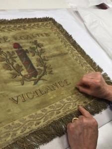 Les restauratrices de l'atelier textile ont travaillé à la restauration des étendards de la compagnie des guides